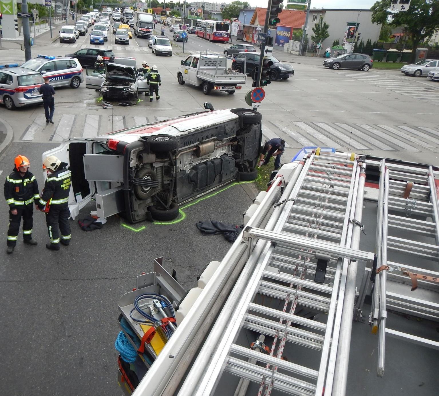 Rettungsauto bei Unfall umgestürzt – mehrere Verletzte – ÖBFV