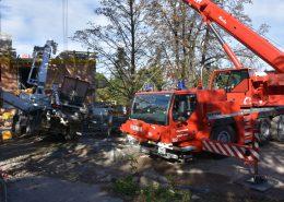 Berufsfeuerwehr Wien richtet umgekippten Betonpumpen-Lkw auf