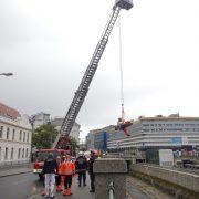 Berufsfeuerwehr Wien birgt abgestürzte Person aus Wienflussbett