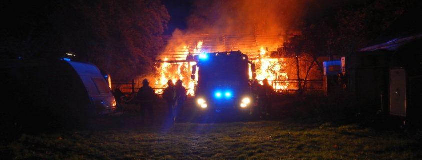 Brand eines Strohlagers - umfangreiche Löscharbeiten erforderlich