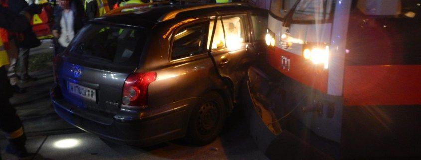 Kollision zwischen Straßenbahn und PKW fordert zwei Leichtverletzte