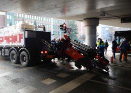 Verschätzt - Lkw kracht gegen Brücke