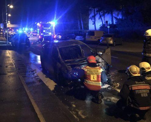 Brennendes Hybridfahrzeug von Berufsfeuerwehr Wien gelöscht