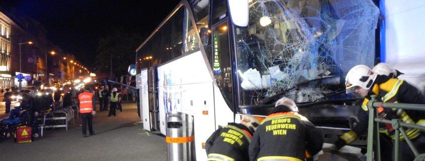 FaherInnenloser Reisebus rollt über Gürtel und prallt in U-Bahnstation