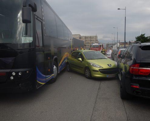 Defekter Reisebus beschädigt ein Dutzend Pkw in Wien-Liesing
