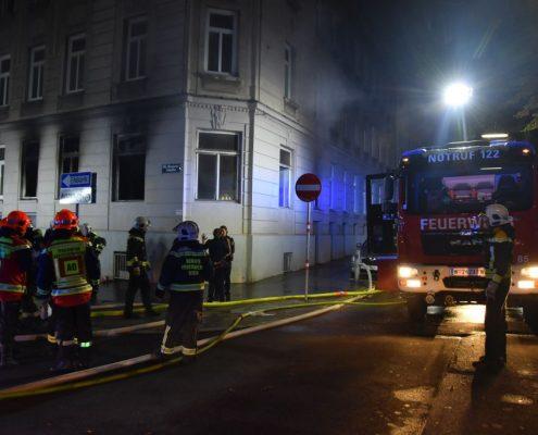 Räumung eines Wohnhauses wegen Brand im Erdgeschoß