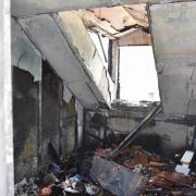 Eine verletzte Person bei Zimmerbrand