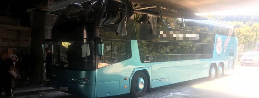 Doppeldeckerbus rammt Bahnbrücke in Wien-Penzing