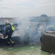 Berufsfeuerwehr Wien löscht Dachbrand in Wien-Favoriten