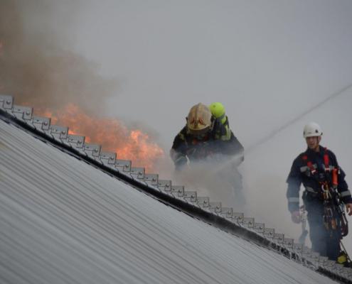 Großaufgebot der BF Wien bekämpft Dachbrand am Donauzentrum