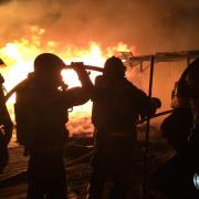 Schilfgedeckte Gebäude in Vollbrand – Autobahn teilweise gesperrt