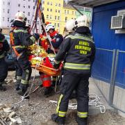 Verletzter Bauarbeiter von Berufsfeuerwehr Wien geborgen
