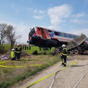 LKW von Zug erfasst – Berufsfeuerwehr Wien und Berufsrettung Wien im Einsatz