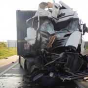 Drei Leichtverletzte nach Kollision zweier Lkw auf der S2