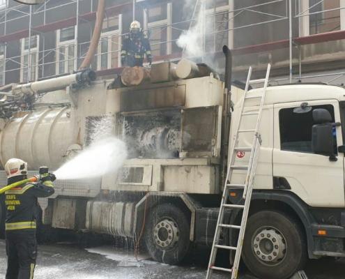 Berufsfeuerwehr Wien löscht brennenden Lkw neben Baustelle