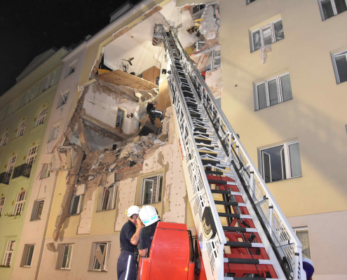 Berufsfeuerwehr Wien im Großeinsatz nach Haus-Teileinsturz