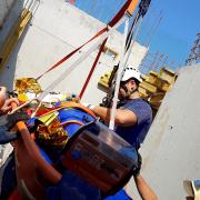 Arbeiter stürzt auf Baustelle ab und wird mit Drehleiter geborgen