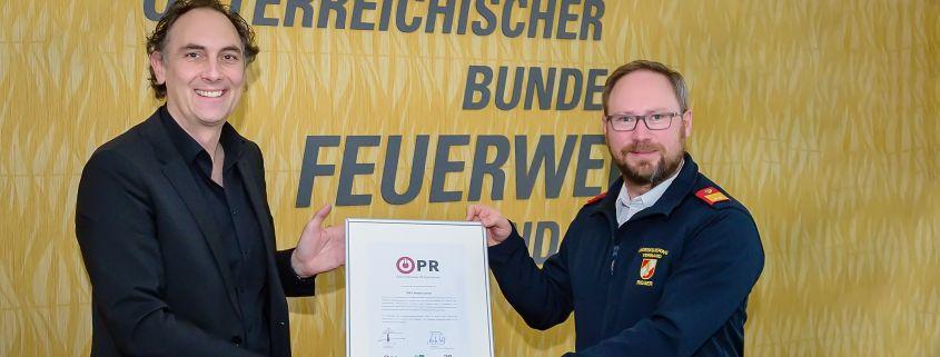 Christian Krpoun, Geschäftsführer Österreichisches PR-Gütezeichen (links) & Andreas Rieger, Geschäftsführer ÖBFV Medien GmbH (rechts) bei der Zertifikatsübergabe. © Marko's Photography